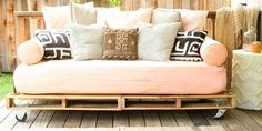 A DIY Daybed For a Steal!: If you're dreaming of the perfect indoor/outdoor piece of furniture that won't set you back on your budget, you'll want in on Prudent Baby's DIY shipping-pallet daybed. Diy Furniture Decor, Wood Pallet Furniture, Furniture Projects, Diy Home Decor, Furniture Design, Wood Pallets, Furniture Websites, Hooker Furniture, Inexpensive Furniture