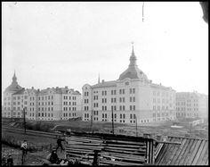 Hade vi stått på samma plats 1905 hade vi till vänster sett Stockholms stads arbetsinrättning. Byggnaderna revs på 1960-talet