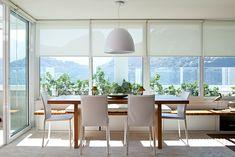 Uma casa de músicos. Veja: https://casadevalentina.com.br/projetos/detalhes/musica-na-lagoa-524 #details #interior #design #decoracao #detalhes #decor #home #casa #design #idea #ideia #wood #madeira #charm #charme #cozy #casadevalentina #diningroom #saladejantar