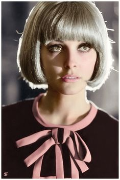 Pictured in 1966 - Sharon Marie Tate Polanski was an American actress and model. During the she played small television roles before appearing in films and was regularly featured in fashion magazines as a model and cover girl. 60s Hair, Sharon Tate, Classic Movie Stars, Elizabeth Taylor, Vintage Hollywood, Vintage Hairstyles, Vintage Beauty, Covergirl, American Actress