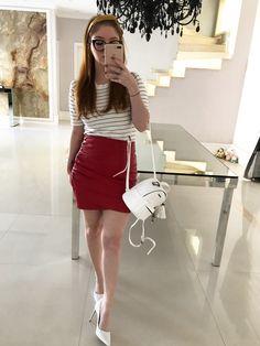 look scarpin branco saia de couro vermelha blusa listrada mochila