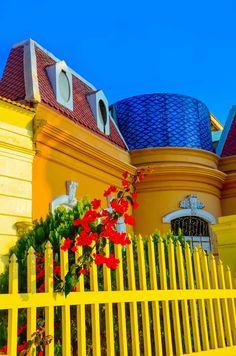 Beach house in Callao, Peru. I want a brightly colored house! What A Wonderful World, Beautiful World, Beautiful Places, Machu Picchu, Ecuador, Peru Beaches, Cartoon House, World Of Color, Windows