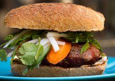 Burger d'agneau du Chalevoix  - Venez découvrir une multitude de recettes BBQ de POM® qui célèbre le bon goût du Québec! #PainPOM125ans