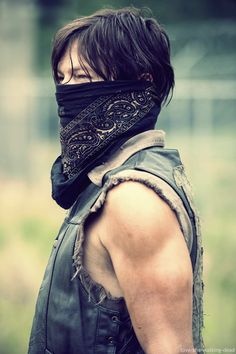 The Walking Dead, Daryl Dixon is a masked man in exclusive season 4 photo.