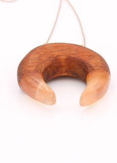 Dieser Harz Holz Anhänger aus Mahagoni Holz ist das perfekte Geschenk für sich selbst oder Ihre lieben.Er ist ein wahrer Eyecatcher und repräsentiert die Schönheit unserer Natur.Feinstes Recycling Holz aus Mahagoni wurde für diesen Anhänger mit Epoxidharz vereint und in stundenlanger kleinstarbeit bis zu absoluten Klarheit und Reinheit geschliffen und poliert. Bold Necklace, Recycling, Etsy, Pillows, Wood, Beauty, Resin, Hippie Jewelry, Minimalist Jewelry