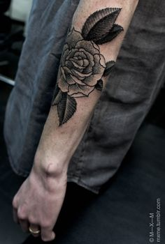 i rarely like flower tattoos. i think it's the leaves that get me.