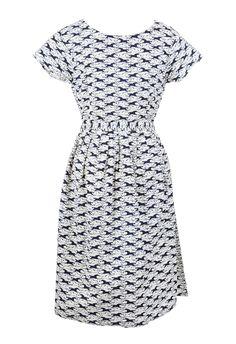Vrolijke jurk met blauwe paardenprint op een witte achtergrond.  Stof: Katoen, geen stretch.