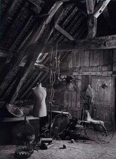 A creepy abandoned attic Abandoned Buildings, Abandoned Property, Abandoned Mansions, Old Buildings, Abandoned Places, Haunted Places, Belle Photo, Old Houses, Creepy