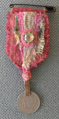 Broche/Médaille textile. Création unique et originale. par VeronikB