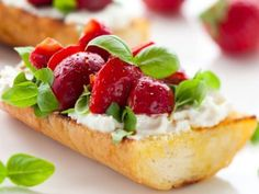 And a reason to make my vegan goat cheese! Strawberry and goat's cheese bruschetta with a balsamic glaze Strawberry Balsamic, Strawberry Slice, Halloumi Burger, Toast In The Oven, Bruschetta Recipe, Balsamic Glaze, Balsamic Vinegar, Dessert Bread, Quick Dessert