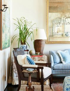 With his signature blue and white palette, Mark D. Sikes decorates a wonderful beach house … It seems like every other week brings a new post about the work of LA designer Mark Sikes. Coastal Living Rooms, Home Living Room, Living Room Decor, Living Spaces, Coastal Cottage, Coastal Homes, Reese Witherspoon House, Chinoiserie, Mark Sikes