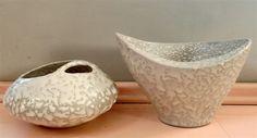 Komplet 2 wazonów do ikebany z lat 60. z Pruszkowskich Zakładów Porcelitu Stołowego, projektu Wiesławy Gołajewskiej. Piękny klasyk polskiego designu. #vintage #vintageshop #vintagefinds #polish #design #classic #ikebana #vase #pruszkow
