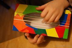 Zabawkowa gitara - własnoręcznie wykonany instrument.