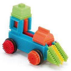Avec ce baril rempli de blocks de plusieurs couleurs et de formes différentes, l'enfant imagine toutes les constructions dont il rêve. Il les réalise facilement : il prend les pièces et les emboîte sans aucune difficulté. Le résultat est solide, il tient bien en place. Maintenant, il suffit d'imaginer l'histoire qui va naître autour de cet édifice.