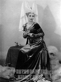 Gwen as Anne of Bohemia   Painting A Portrait by De László