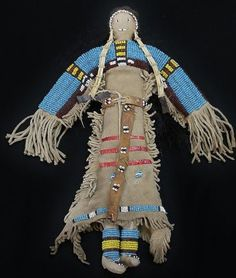 Northern Plains beaded buckskin doll with fringe dress and incorporated moccasins, horizontal quill - Dakota Plains Auctions Native American Children, Native American Clothing, Native American Regalia, Native American Artifacts, Native American Beadwork, Native Indian, Native Art, Indian Dolls, Indian Crafts