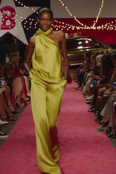 Brandon Maxwell Look 41 - Yellow One Shoulder Evening Jumpsuit. Runway Show by Brandon Maxwell Source by Banoo_momeni - Vogue Fashion, Runway Fashion, Work Fashion, Unshrink Clothes, Couture Dresses, Fashion Dresses, Fashion Videos, Event Dresses, Mode Vintage
