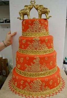 Gold Wedding Cakes when I decide to make a fondant cake myself, i'm going to try this design. i would never do this as my wedding cake - On this page you will see some gorgeous looking Indian themed wedding cakes which you are sure to love! Wedding Cake Red, Indian Wedding Cakes, Themed Wedding Cakes, Desi Wedding, Indian Weddings, Rustic Weddings, Outdoor Weddings, Romantic Weddings, Gold Wedding