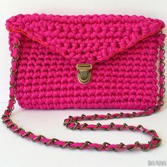 El súper tutorial Foto a Foto que estábais esperando. Cómo hacer un bolsazo de Trapillo Crochet Clutch Bags, Crochet Purses, Clutch Purse, Love Crochet, Diy Crochet, Diy Handbag, T Shirt Yarn, Knitted Bags, Crochet Clothes
