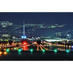 Instagram【b772lr】さんの写真をピンしています。 《Runway 32 Left,Cleared for takeoff.Wind calm.  夜の伊丹最近行ってないな〜  #ITM #RJOO #B787 #千里川 #夜景》
