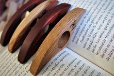 Ditbooks. Aguanta hojas de libro para leer con una mano Transport Public, Cinnamon Sticks, Spices, Hang In There, Books To Read, Leaves