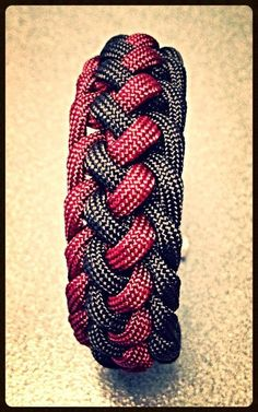 How to tie the Intertwined Half Hitch 550 paracord bar bracelet - Part 2...
