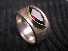 """Der Navetteschliff bringt jede Farbe richtig zum Leuchten. Ring """"Marquise"""" (Granat) von GoldschmiedeNorwinVitten auf DaWanda.com"""