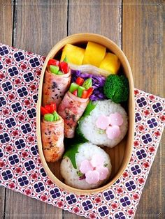Bento box featuring Ham rolls, onigiri, and mango. Japanese Bento Lunch Box, Bento Box Lunch, Bento Kawaii, Bento Recipes, Bento Ideas, Lunch Ideas, Cute Bento Boxes, Japanese Food Art, Boite A Lunch
