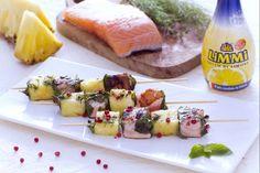Gli spiedini di ananas e salmone al limone sono uno sfizioso antipasto fresco e delicato con salmone e ananas marinati al limone .