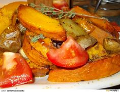 Dýně Hokkaido pečená s bramborem, okořeněná drcenou hlívou a bylinkami: Dýni dobře omyjeme, rozpůlíme, vyjmeme semínka a pokrájíme na osminky. Brambory omyjeme a pokrájíme na půlky nebo na čtvrtky. Drcenou hlívu... French Toast, Vegetarian, Stuffed Peppers, Vegetables, Breakfast, Food, Hokkaido, Morning Coffee, Stuffed Pepper