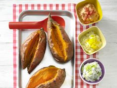 Ofenkartoffeln mit bunten Dips - aus Süßkartoffeln - smarter - Kalorien: 505 Kcal - Zeit: 25 Min. | eatsmarter.de