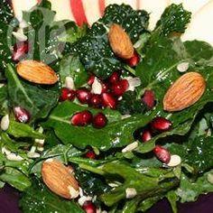 Een pittige combinatie van granaatappel en zachte verse boerenkool maakt een verrassend lekkere en winterse salade! Door de toevoeging van gesneden of geschaafde amandelen en zonnebloempitten krijg de salade een lekkere bite! Een aantal extra toevoeginen aan de salade zijn: Parmezaanse kaas, krenten of rozijnen, dille, spekblokjes, in blokjes gesneden olijven, gesneden lente-ui, bieslook, in blokjes gesneden appel, citroensap of sinaasappelschil. Lekker met of zonder crackers, geroosterde…