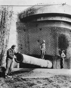 Canadian troops inspect captured battery Friedrich August La Tresorie