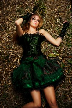 Gothic corset dress in a gorgeous emerald color Halloween Bridesmaid Dress, Bridesmaid Dresses, Gothic Corset, Gothic Lolita, Gothic Fashion, Fashion Beauty, Alternative Fashion, Alternative Style, Lady