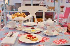 """Mesa para café da manhã: nada como uma toalha colorida, estampada! Gostei muito do prato alto para colocar os pães, uma ótima opção para sair das conhecidas """"cestinhas"""" e inovar!"""