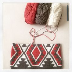 Discover thousands of images about Best 11 byClaire patroon – Motief TAS – ByClaire – Haakpatronen, Haakboeken, Haakgaren – SkillOfKing. Tapestry Crochet Patterns, Crochet Quilt, Tunisian Crochet, Love Crochet, Crochet Motif, Knitting Patterns, Crochet Clutch, Crochet Purses, Knitting Projects