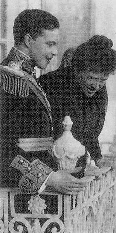Família Real Portuguesa: Rainha D. Amélia e  D. ManuelI, nas varandas do Paço de Carrancas