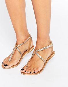 Bild 1 von New Look – Flache geflochtene Sandalen mit Metallicdesign