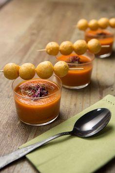 Meringhette salate con gazpacho, servite in invitanti monoporzioni