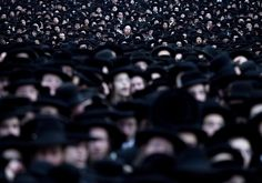 Thousands of ultra-othodox Jews take part in a protest in Jerusalem against the plan to recrute Jewish students for the army