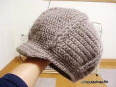以前、編んだ娘のニット帽と同じ編み方で、自分用のキャスケットを編みました♪使ったのは毛糸ZAKKAストアーズさんの彩りモヘア…こちらも、娘のニット帽と同様、2本取りにして今回は7号かぎ針を使いました。さっそくかぶって夫に