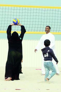 يلعبون كرة الطائرة على رمال منطقة أم سقيم في دبي أمس  تصوير: جون كارغوليو ـ «الرؤية»  http://alroeya.ae/2014/01/03/116373