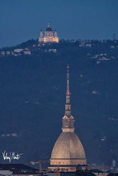 Torino di notte - La mole antonelliana e , sulla collina, la Basilica di Superga