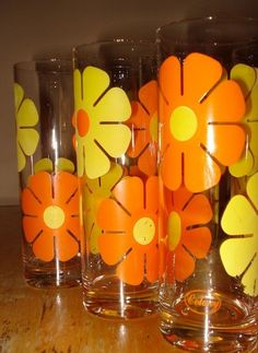 Set of 6 - Vintage retro daisy glasses. Ready to hold your favorite beverage and a great addition to your retro barware collection. Good Vintage condition with some wearing of the design in any areas. Retro Vintage, Deco Retro, Vintage Love, Vintage Items, Vintage Dishes, Vintage Glassware, Kitsch, Die Siebziger, Once Upon A Time