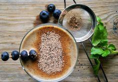 Smoothie de cacau e mirtilos com agrião e manteiga de amêndoa | SAPO Lifestyle
