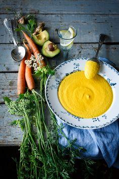La crema de zanahoria se realiza con las zanahorias crudas conservando intactas todas las propiedades de la zanahoria y un sabor más intenso.