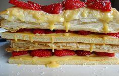 Finas camadas de massa folhada com um recheio cremoso de ovos e morangos aos pedaços