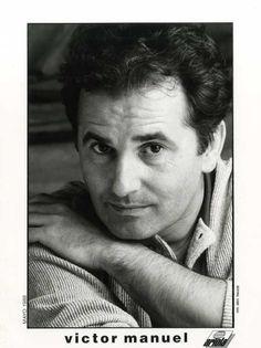 """Víctor Manuel, escritor de canciones: Fotografía distribuida con una carpeta promocional del disco """"Qué te puedo dar""""."""