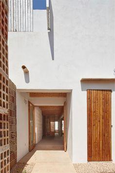 Vista exterior. Vivienda social en Formentera. Proyecto de Adaptación al Cambio Climático financiado por la Unión Europea. Fotografía por José Hevia