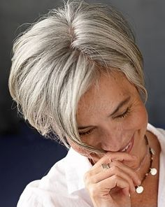rövid frizurák 50 feletti nőknek - bubifrizura ősz hajból